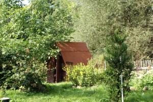 Domek, kde bydlí babička s dědečkem, když jsou na zahrádce