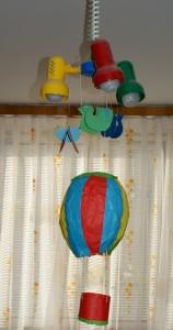 Hotový patlací balón na lustru v pokojíčku
